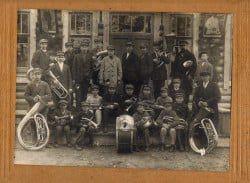 Музыканты духового оркестра у здания железнодорожного вокзала