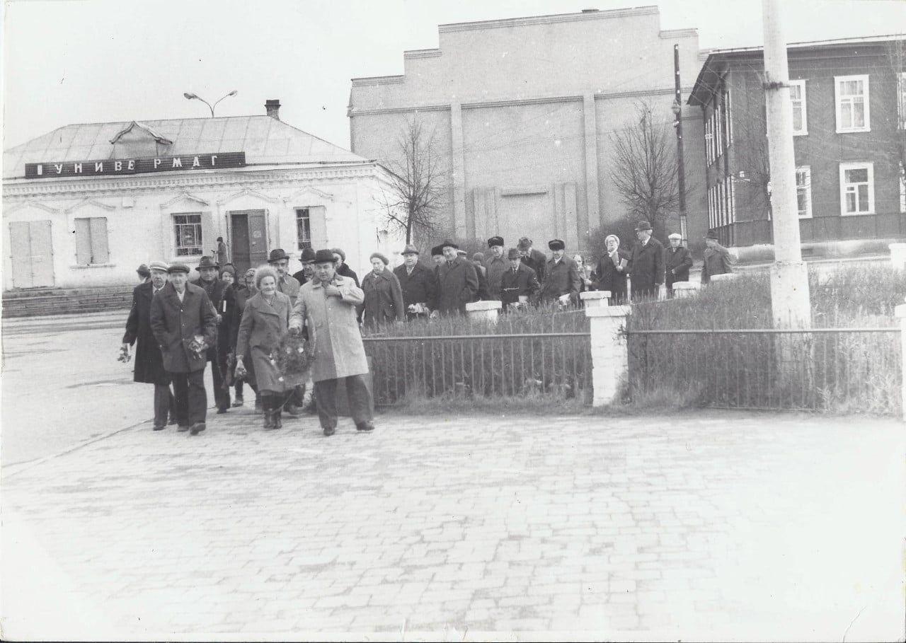 Ветераны войны и труда после встречи идут возлагать цветы к памятнику Ленину. Октябрь 1987 года