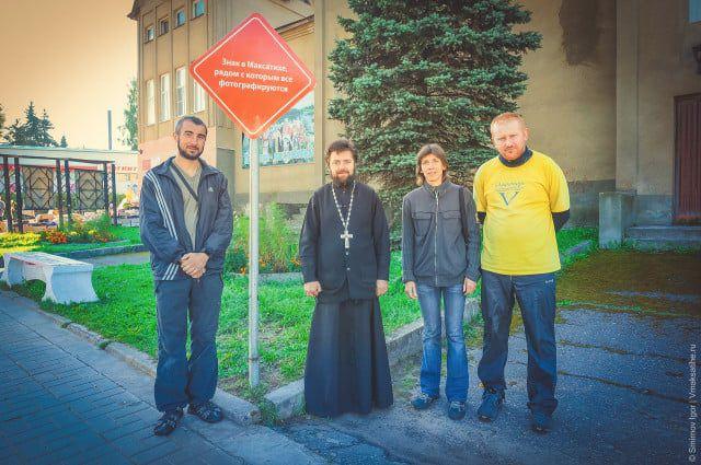 Гости из Украины фотографируются у популярного знака в Максатихе