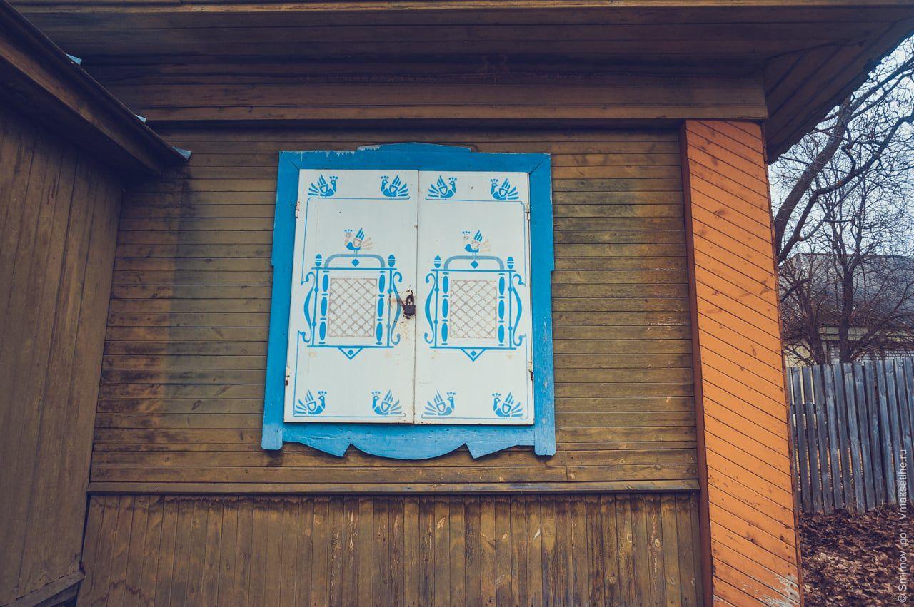 Карельская роспись на окнах магазина
