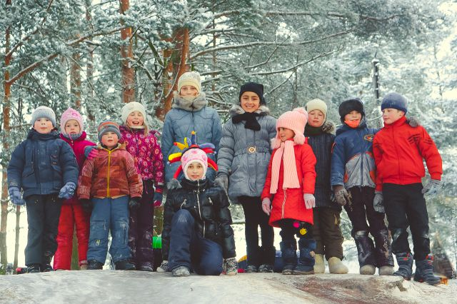 Дети катаются с ледяной горки в деревне