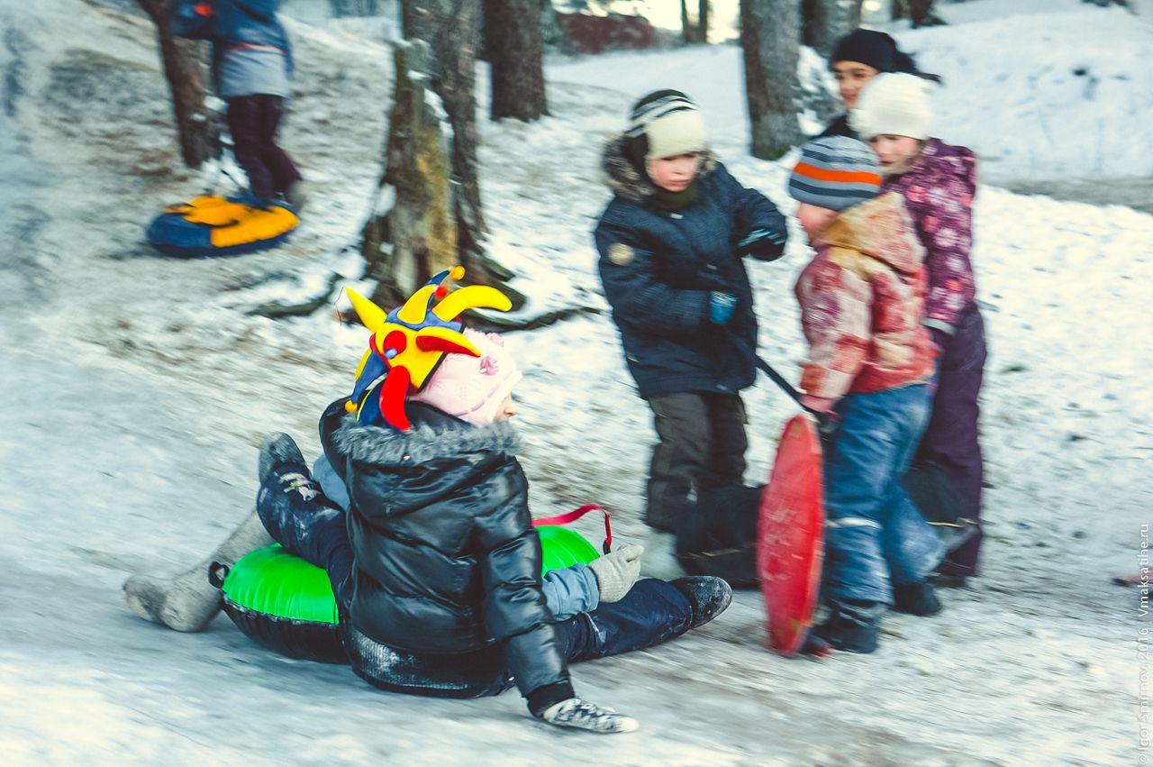 Фото как дети катаются с горки
