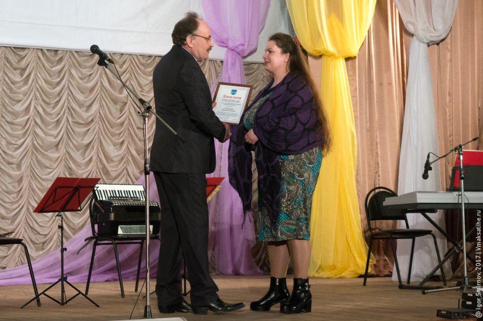 Станислав Виноградов вручает благодарность