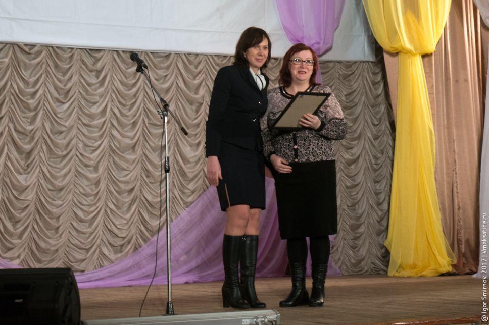 Елена Павловна Ильина вручает благодарность Губернатора Тверской области