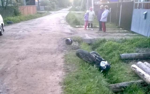 В Максатихе мотоциклист без прав вылетел с дороги и врезался в бревно