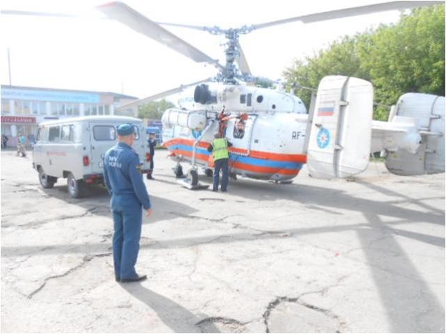 Санитарный вертолёт МЧС на площади Свободы посёлка Максатиха