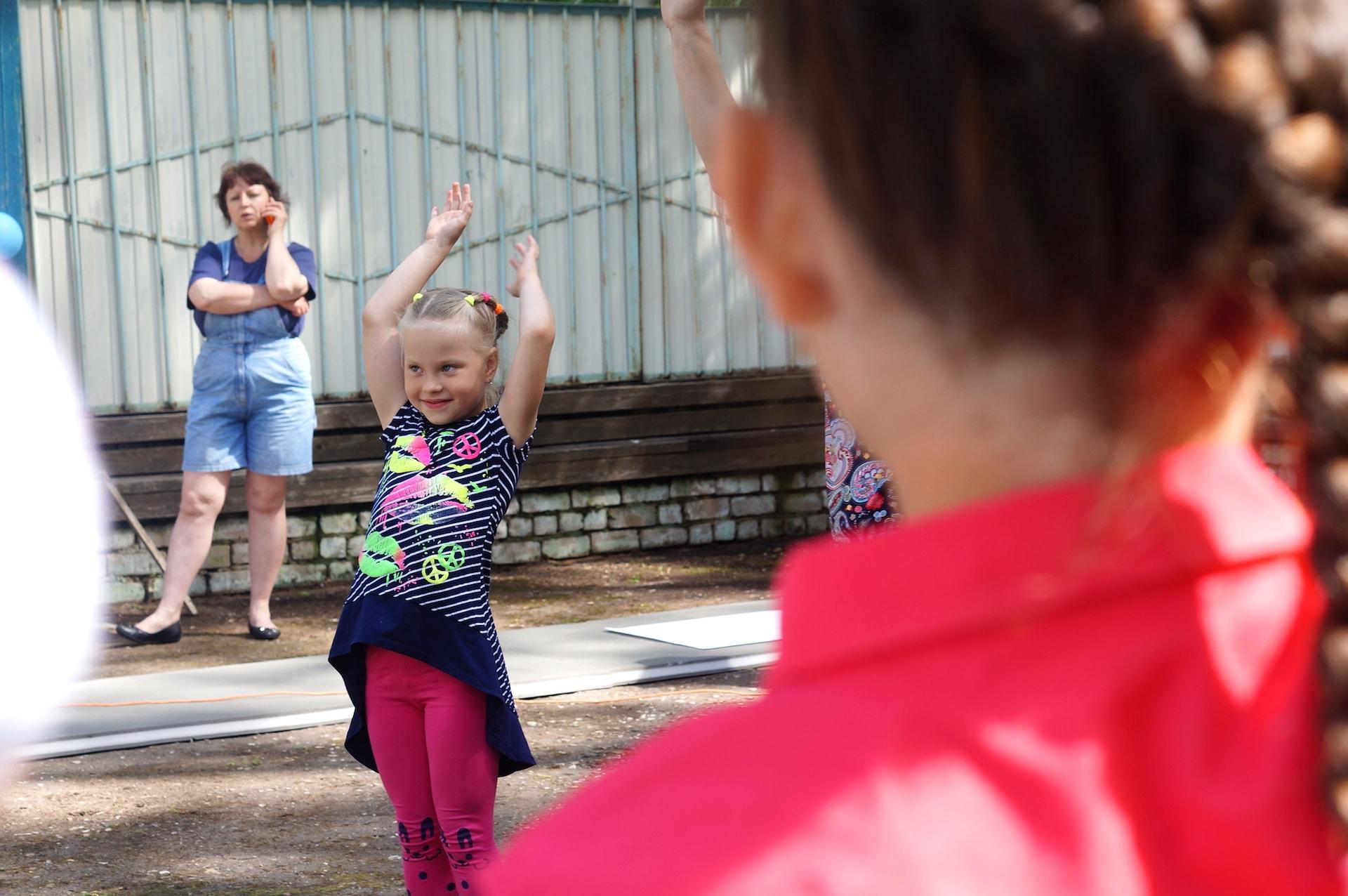 Дети танцуют в День посёлка Максатиха и Максатихинского района