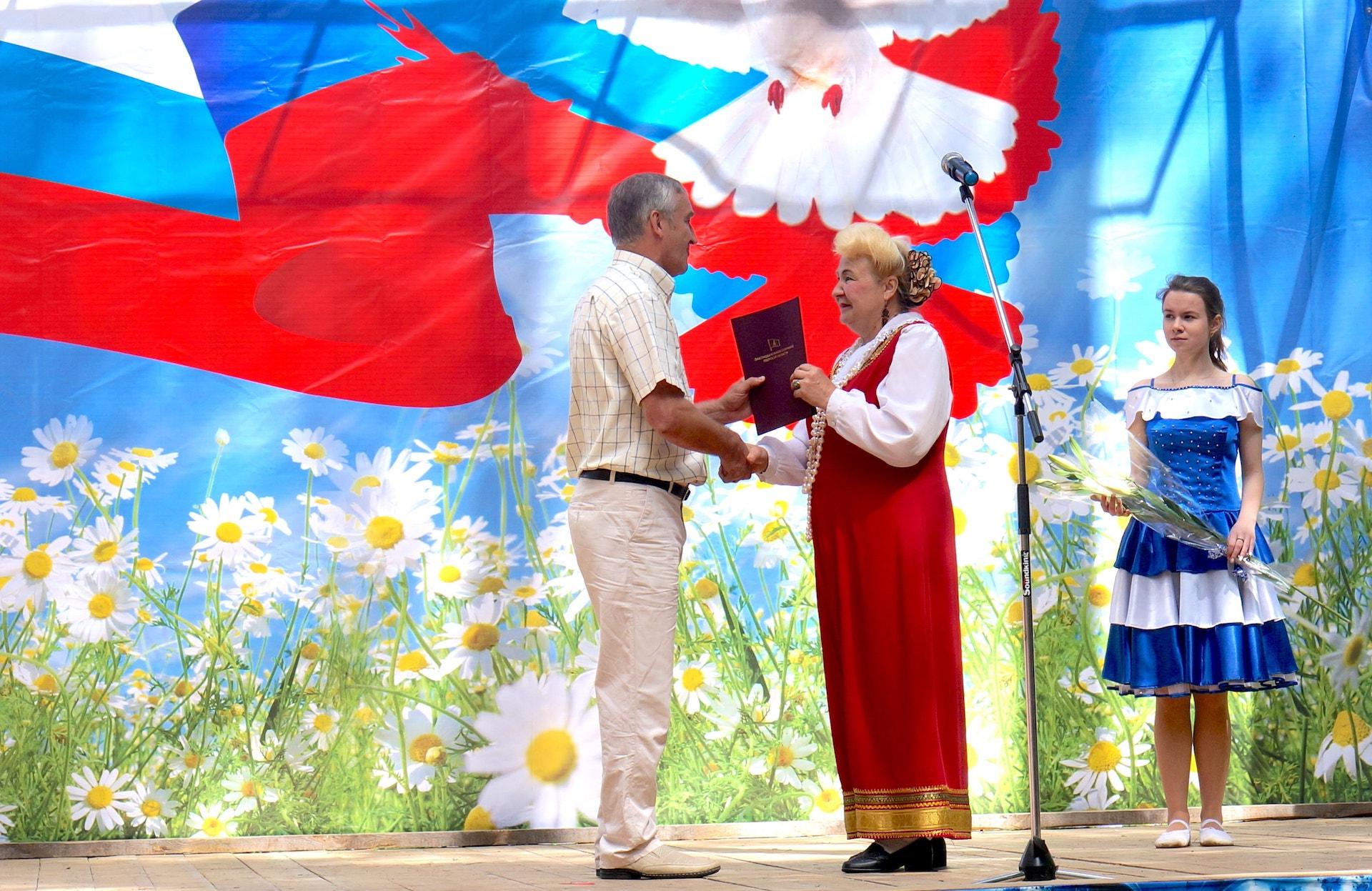 Александр Леонидович Кушнарёв поздравляет Галину Алексеевну Половецкую