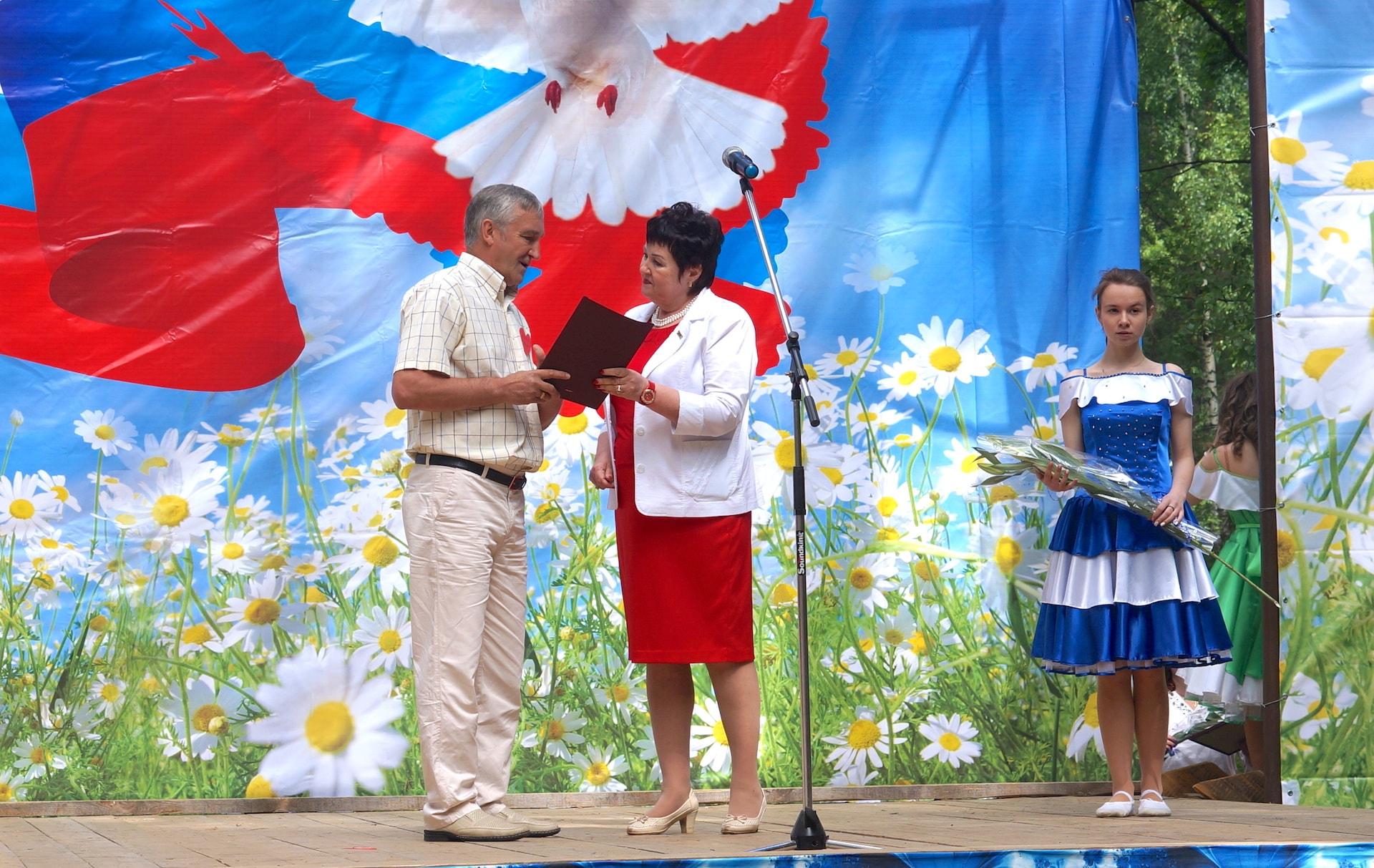 Александр Леонидович Кушнарёв поздравляет Нину Алексеевну Чигрину