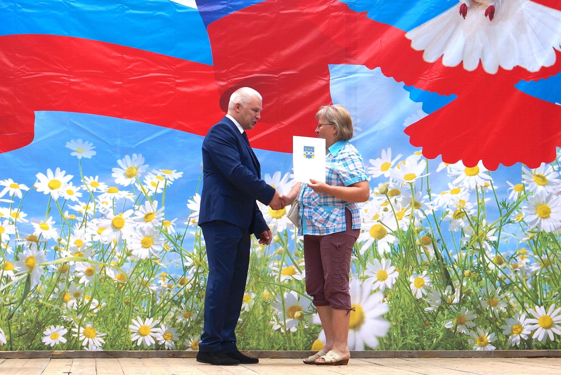 Константин Геннадиевич Паскин вручает благодарность