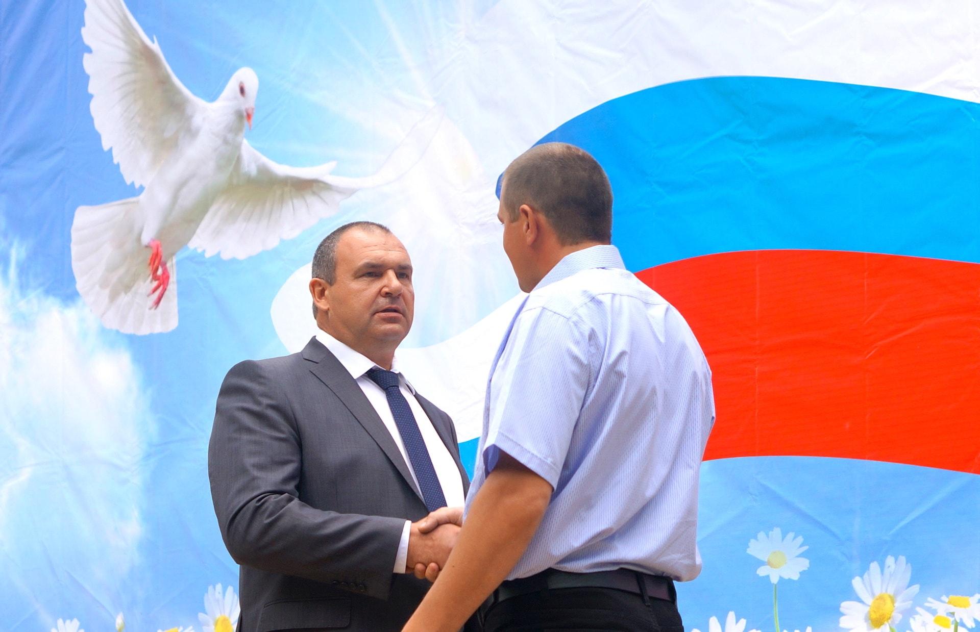 Александр Вячеславович Глушков вручает благодарность
