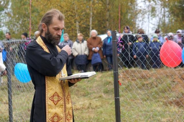 Батюшка освящает водонапорную станцию в деревне Ручки