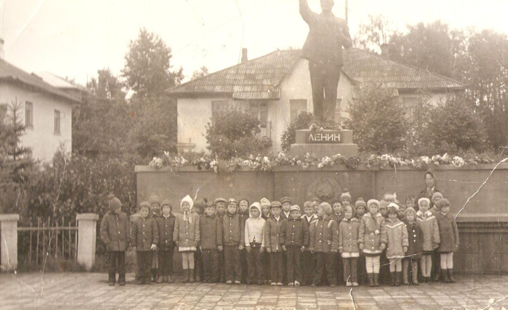 Первый класс МСШ № 1 у памятника В.И. Ленину. 1980 год